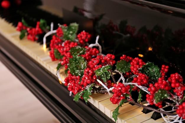 ピアノの鍵盤のクリスマスの装飾、クローズアップ