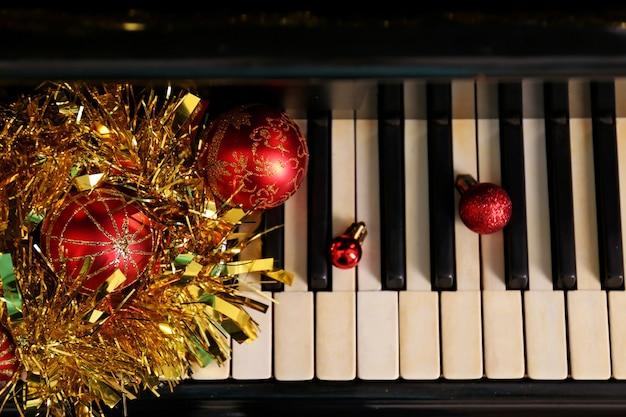 Новогоднее украшение на клавишах пианино, крупным планом