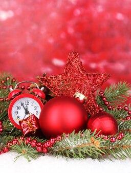 Новогоднее украшение на красном фоне