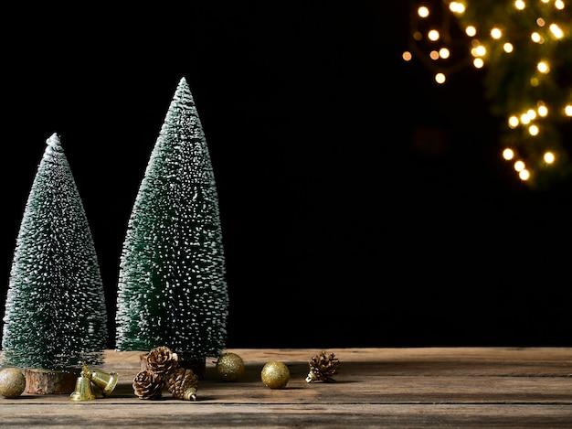 Новогоднее украшение на деревенском деревянном столе против размытых огней, место для текста