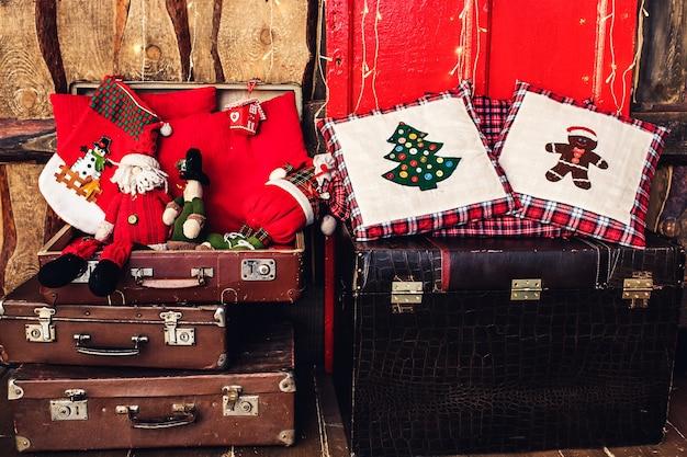 Новогоднее украшение на фоне деревянной стены.