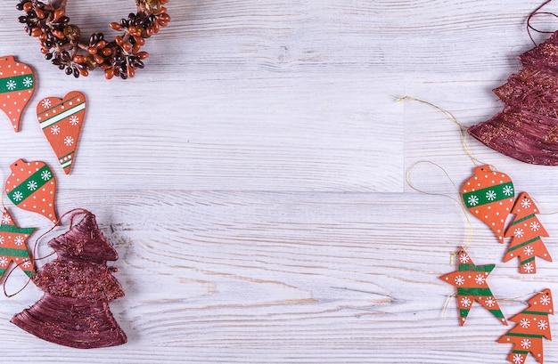 白い木製のテーブルの上のクリスマスの装飾