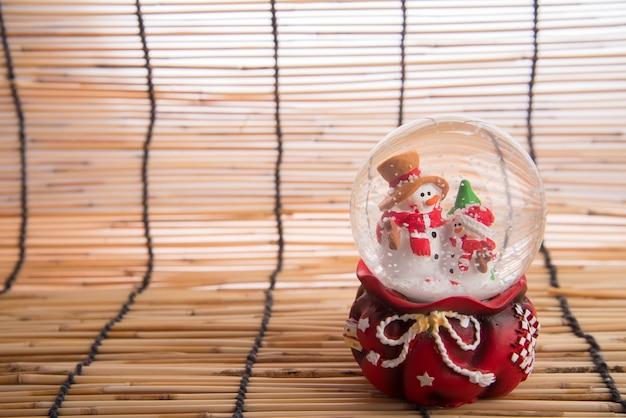 木製の地図の背景にクリスマスの装飾