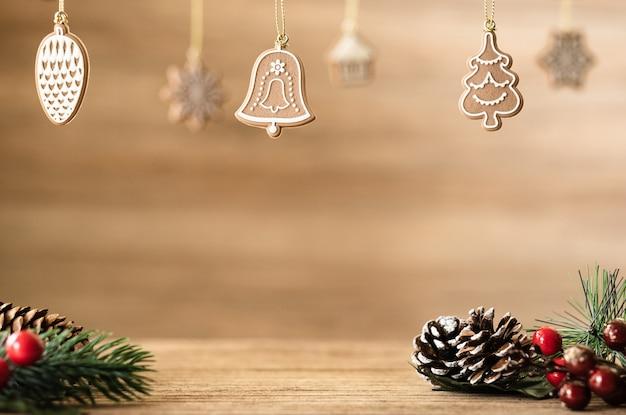 木製table.pineコーン、ヤドリギ、ベルボールにぶら下がっている木製の壁にクリスマスの装飾