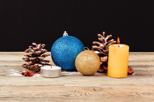 Новогоднее украшение на деревянном столе