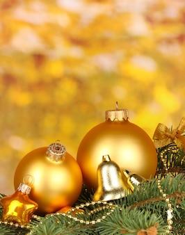 노란색 바탕에 크리스마스 장식
