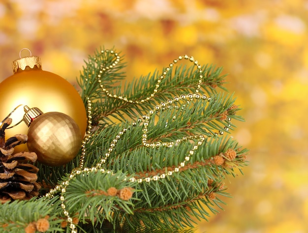 黄色の背景にクリスマスの装飾