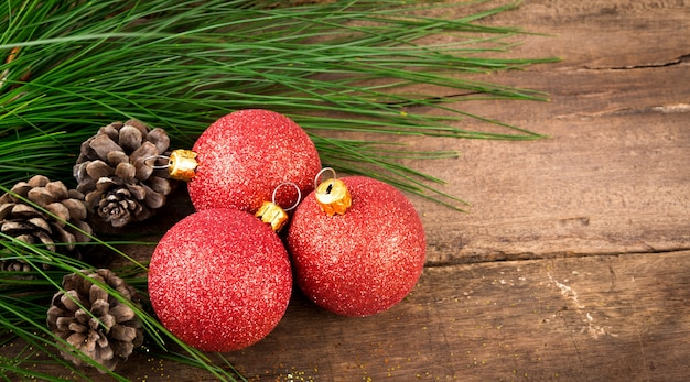 Новогоднее украшение на деревянные фоне