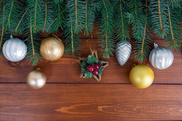 木製の背景の上のクリスマスの装飾