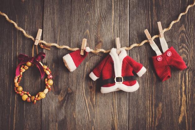 木製の背景上のクリスマスの装飾