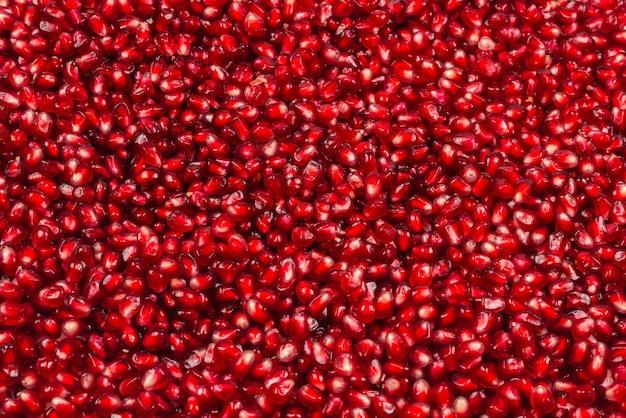 Новогоднее украшение, красный шар на белом фоне.