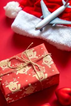Новогоднее украшение, новогодняя шапка, подарок и игрушечный самолетик