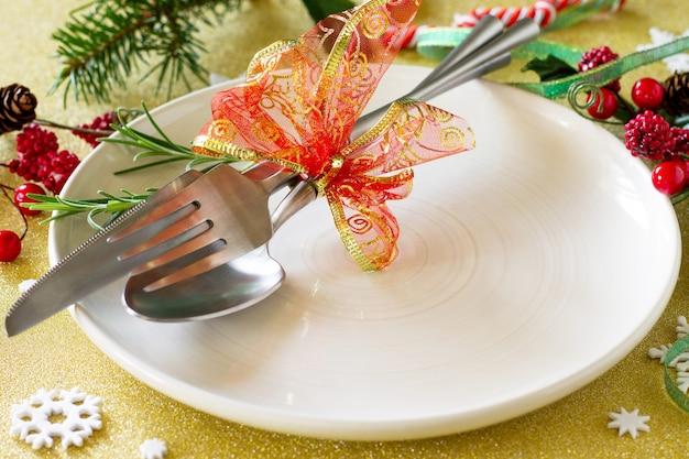 クリスマスデコレーションテーブルお祭りプレートと装飾が施されたカトラリー