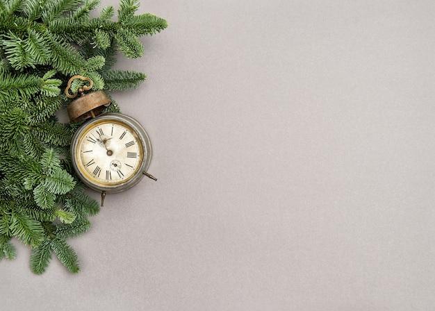 灰色の背景にクリスマスの装飾ヴィンテージ目覚まし時計