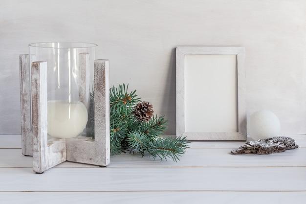 Рождественское украшение белая рамка макет с букетом еловой свечи подарок копией пространства