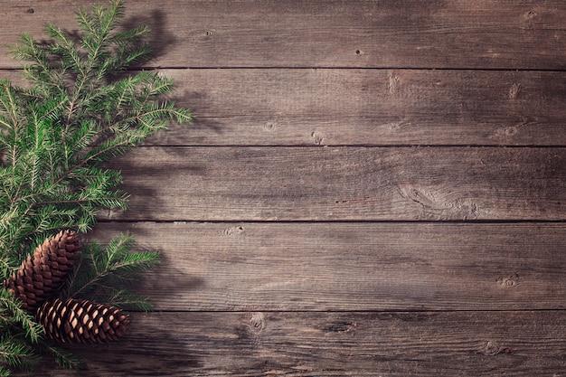 Новогоднее украшение с ветками и шишками