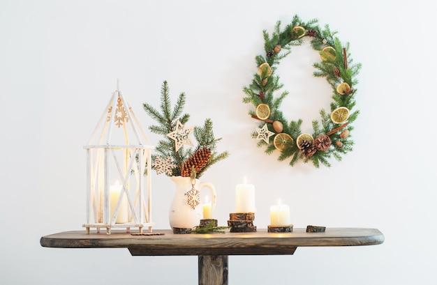 背景の白い壁にキャンドルとクリスマスの装飾
