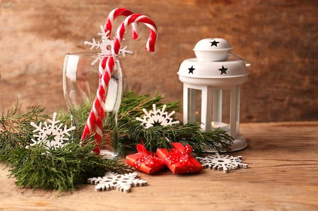 木製の背景にキャンディケインとクリスマスの装飾