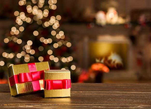Новогоднее украшение с елкой на деревянном столе. красные, золотые и серебряные украшения