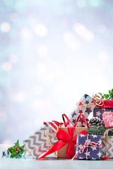 Новогоднее украшение с праздничной подарочной коробкой и лентой на светлом фоне. концепция праздника рождества.