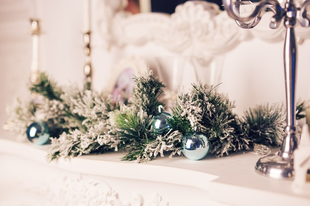 전나무 가지와 크리스마스 공 크리스마스 장식입니다.