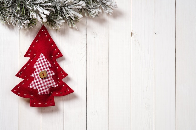 복사 공간이 있는 나무 배경에 전나무 가지가 있는 크리스마스 장식