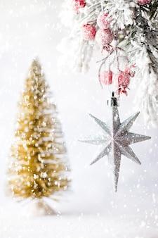木の背景にモミの枝とクリスマスの装飾。