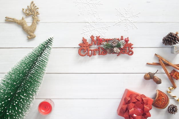 ギフトボックスと装飾が施されたクリスマスの装飾。コピースペースのある上面図