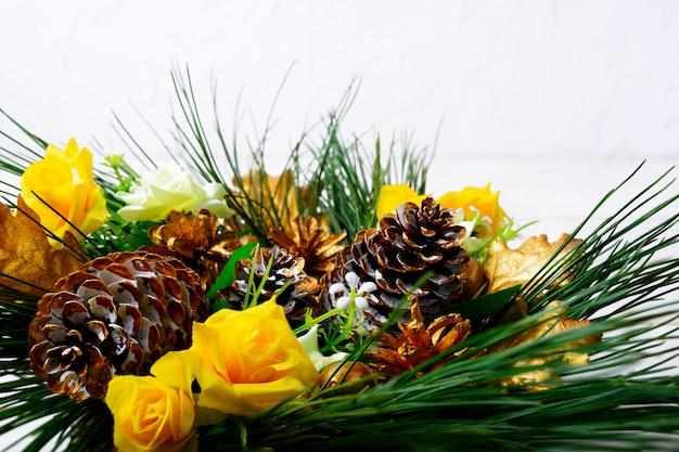 Новогоднее украшение с золотыми еловыми шишками