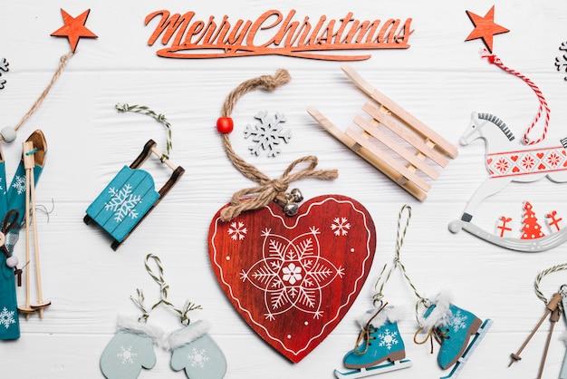 Новогоднее украшение с элементами сердца и зимы