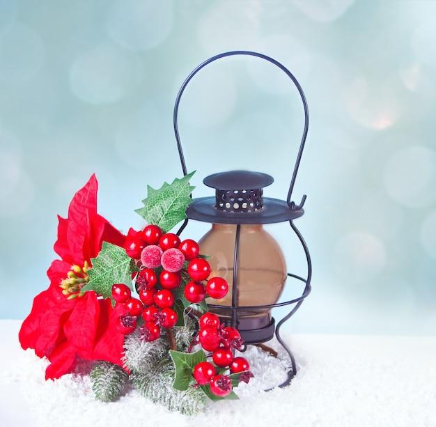 Новогоднее украшение с фонарем, ягодами, пуансеттия