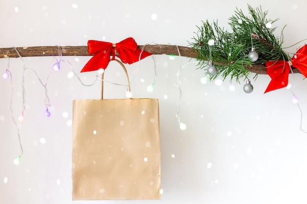 Новогоднее украшение с бумажным подарочным пакетом
