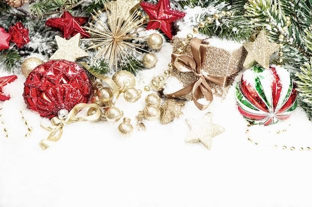 赤いつまらないものとクリスマスの装飾