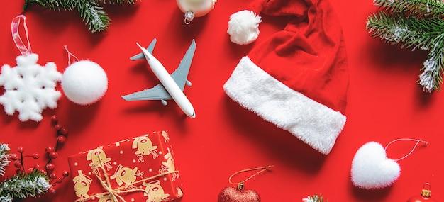 Новогоднее украшение с новогодней шапкой, подарком и игрушкой-самолетиком