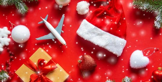 Новогоднее украшение с новогодней шапкой, подарочной коробкой и игрушкой-самолетиком