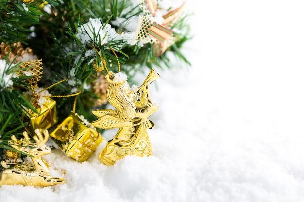 Новогоднее украшение со снегом
