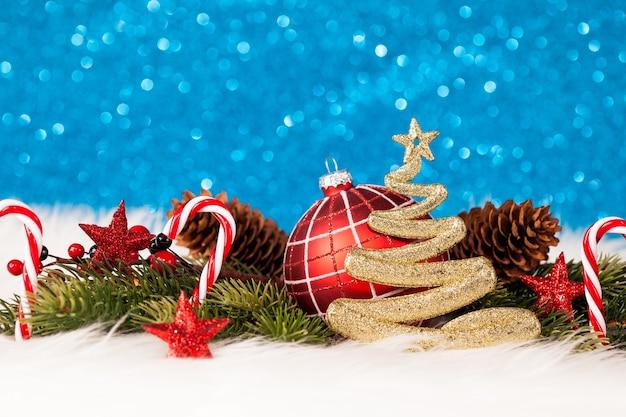 きらめく青い壁とクリスマスの装飾