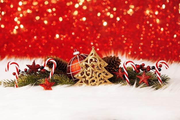 きらめく赤い壁とクリスマスの装飾