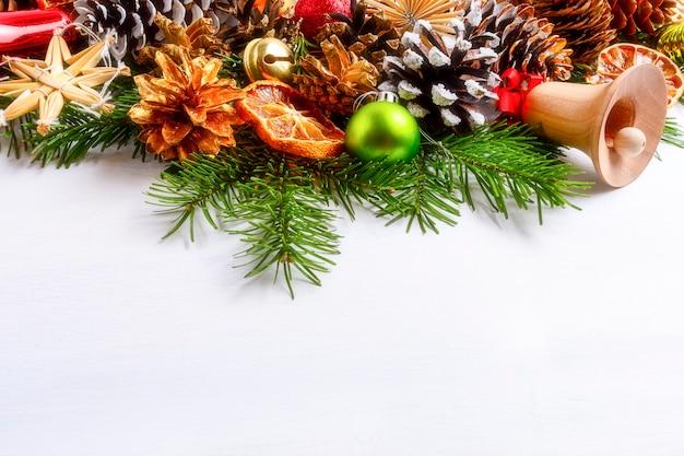가문비 나무 가지와 황금 소나무 콘 크리스마스 장식