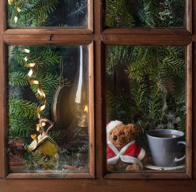 ウィンドウでテディベアとクリスマスの装飾