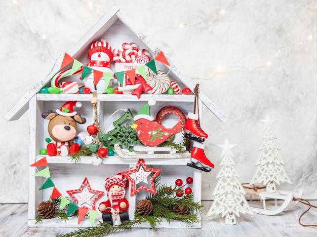 Новогоднее украшение с деревянным ящиком и игрушками