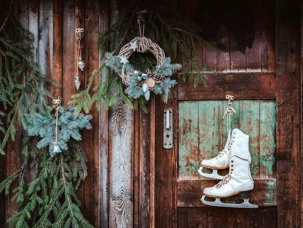 クリスマスの装飾木製の壁の素朴なスタイルのモミの枝。