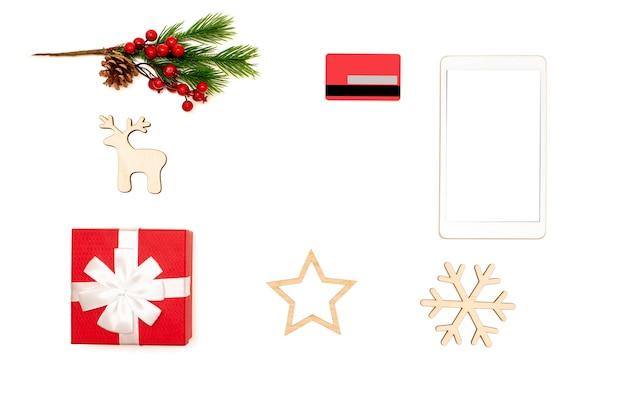 Рождественские украшения и цифровой планшет на столе