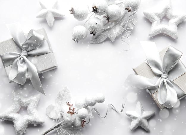 Рождественские украшения и подарочные коробки. плоская планировка. рождественский фон. белый фон. скопируйте пространство. вид сверху.