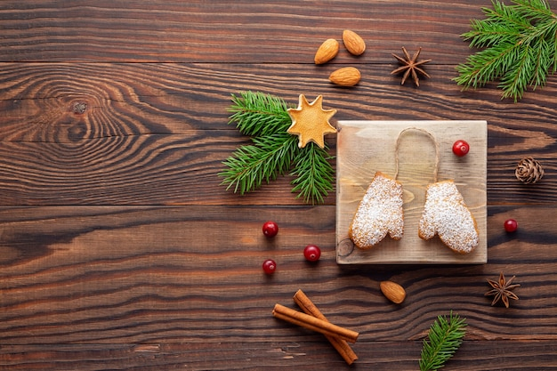 Рождественские украшения и ароматное печенье или имбирные пряники на деревянных
