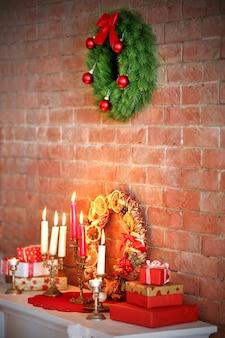 マントルピースのクリスマスデコレーションとキャンドル