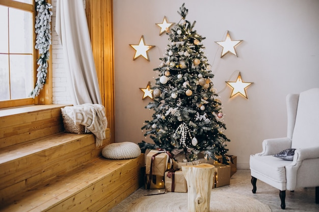 방에 크리스마스 장식과 크리스마스 트리