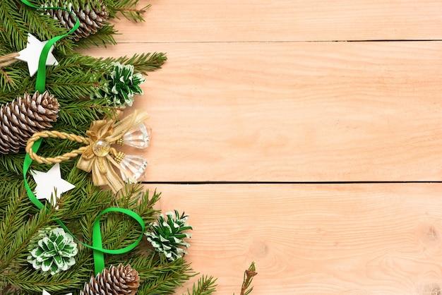 Рождественские украшения и елочные игрушки на столе.