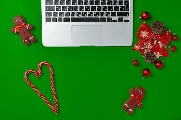 크리스마스 장식과 종이 평면도에 컴퓨터 노트북