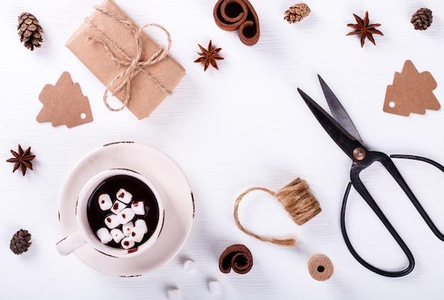 크리스마스 장식과 음료